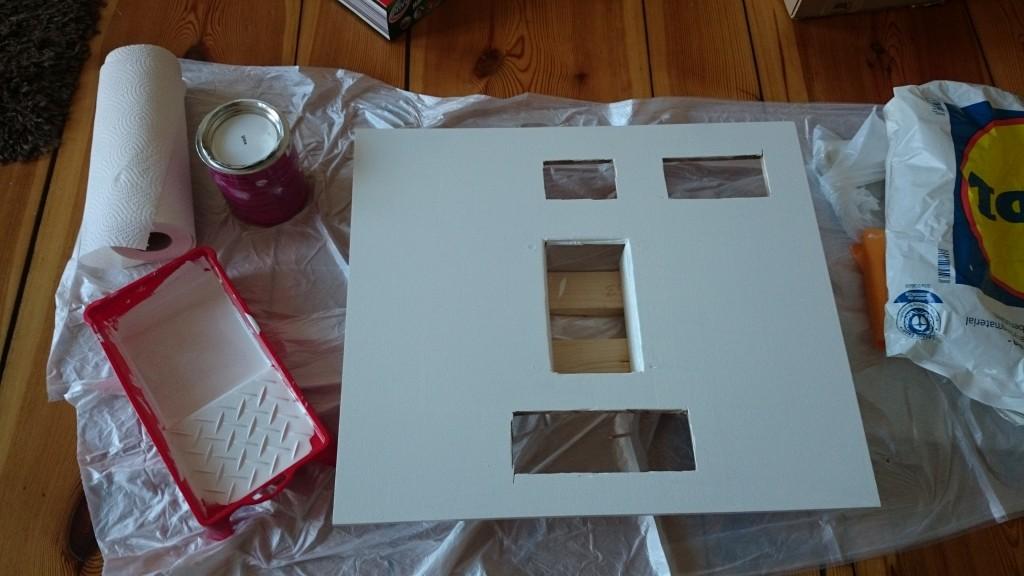 Die Deckplatte des Upper-Pedestals wurde grundiert und anschließend gestrichen. Vorher hatten wir die entsprechenden Aussparungen für die Panels ausgesägt.